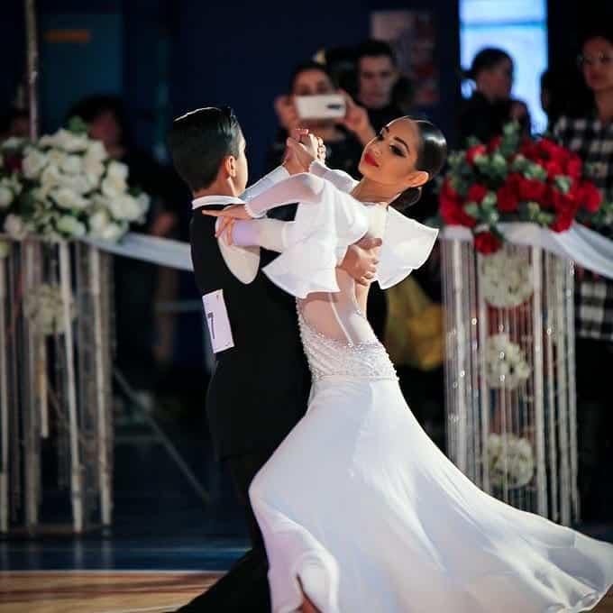 זוג רקדני חוג ריקודים סלוניים ולטיניים לילדים בריקוד ואלס