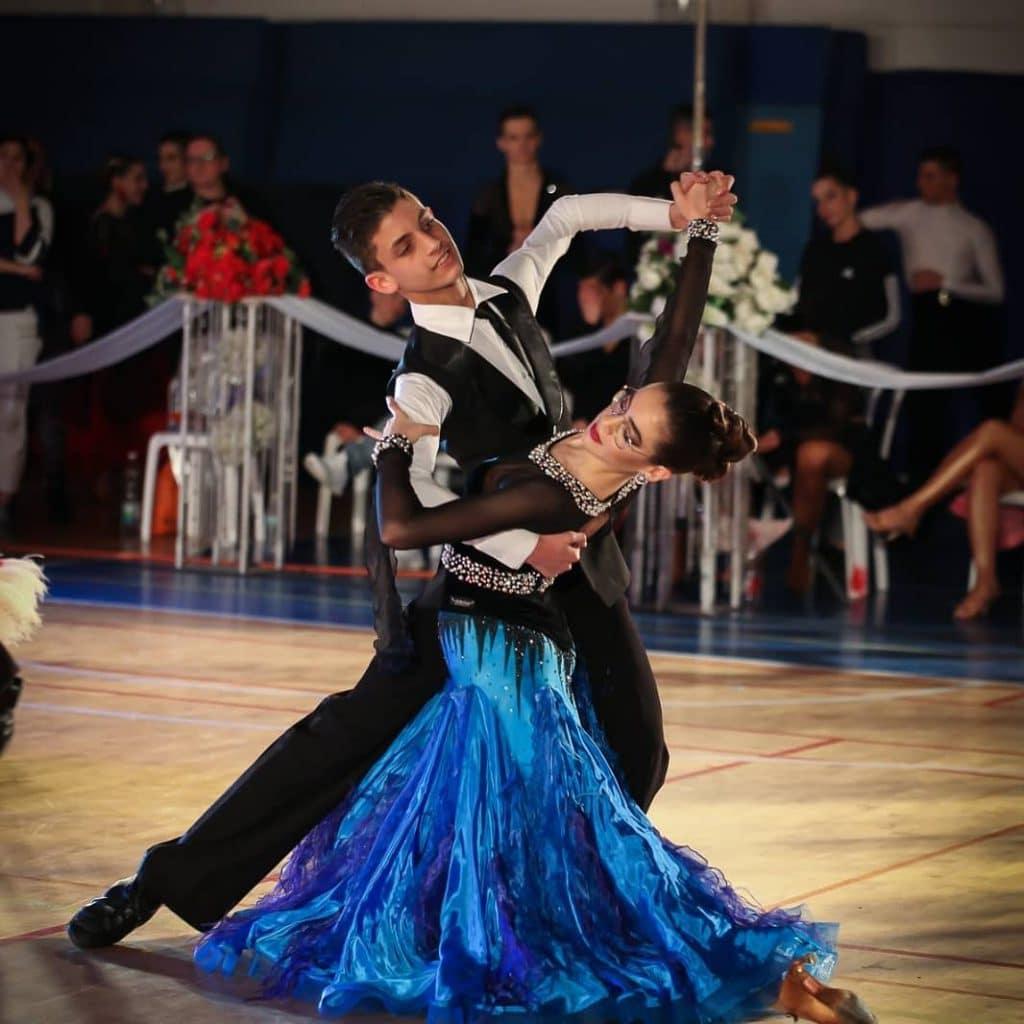 זוג רקדני חוג ריקודים סלוניים ולטיניים לילדים