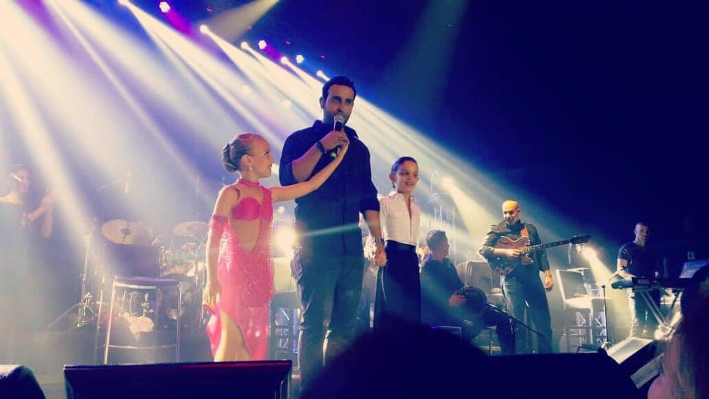 רקדני דאנס קונטיננטל על הבמה אחת עם דודו אהרון במופע ריקודים להפקת טלוויזיה