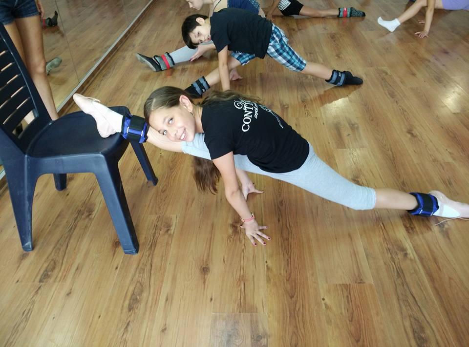 תלמידת מחנה קיץ לריקודים בזמן אימון