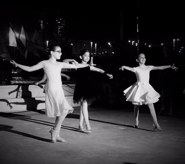 רקדניות סולו צעירות של חוג ריקודים סלוניים ולטיניים לילדים במופע מול קהל