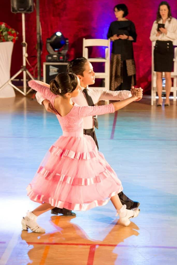 זוג רקדנים מאוד צעירים מופיע בפסטיבל ריקודים סלוניים ולטיניים