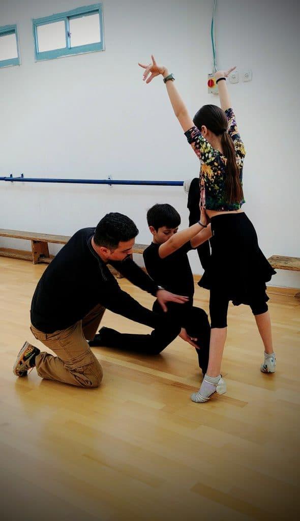 שיעור ריקוד פרטי עם מורה לריקוד אבי צור וזוג רקדנים צעיר