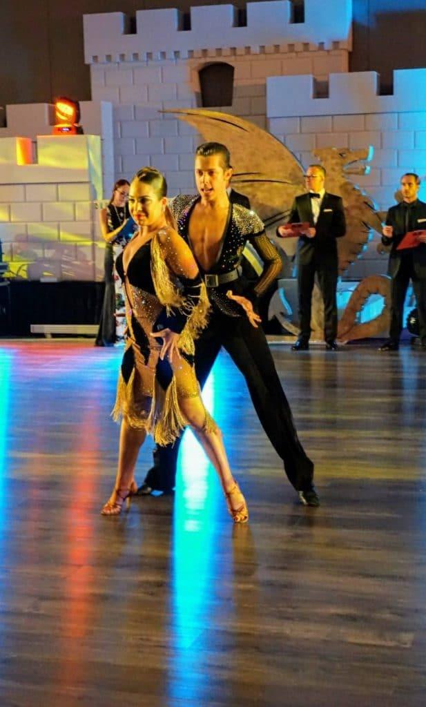 רקדנים מקצועיים בתחרות ריקודים סלוניים ולטיניים בריקוד סמבה