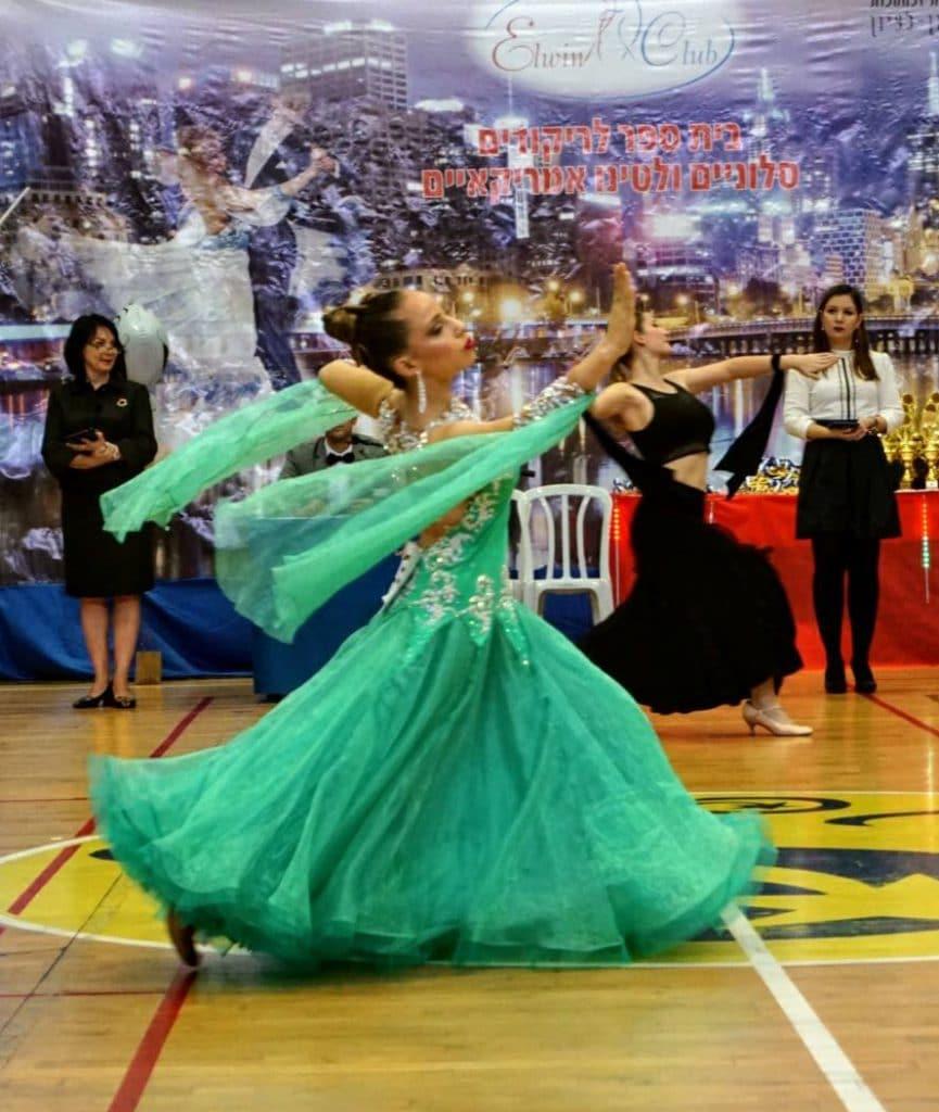 רקדנית סולו בתחרות ריקודים סלוניים ולטיניים בריקוד ואלס