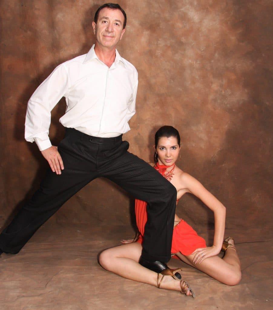זוג מבוגרים שלוקחים שיעורי ריקוד פרטיים בדאנס קונטיננטל לאחר תחרות ריקודים