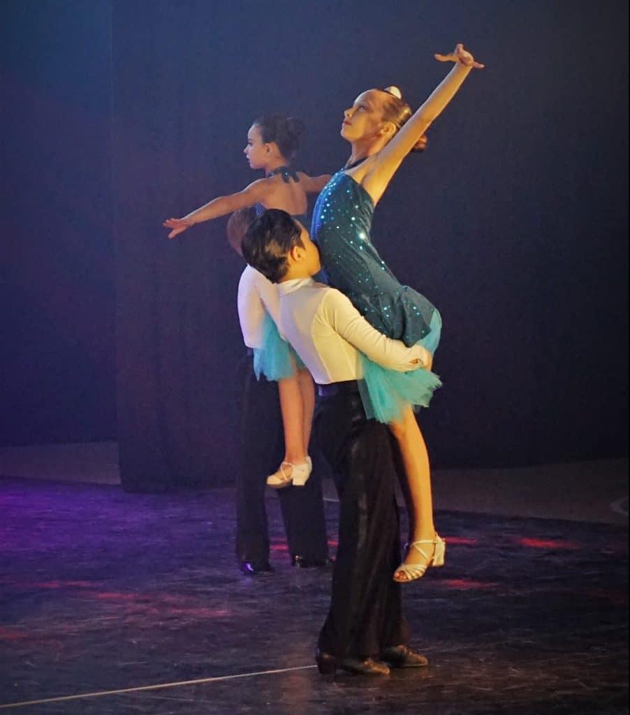 רקדני דאנס קונטיננטל בריקוד בר\בת מצווה לכבוד האירוע