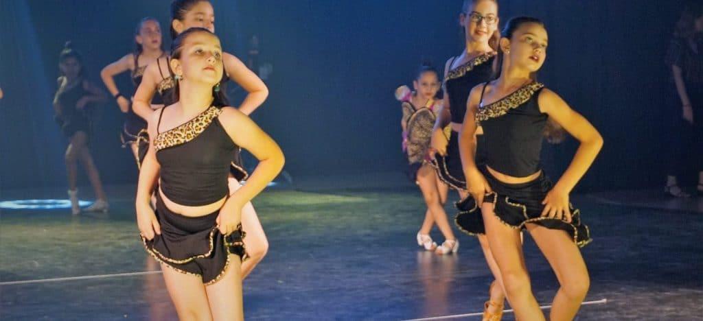 צוות רקדניות צעירות של דאנס קונטיננטל במופעי ריקוד סלוניים ולטיניים