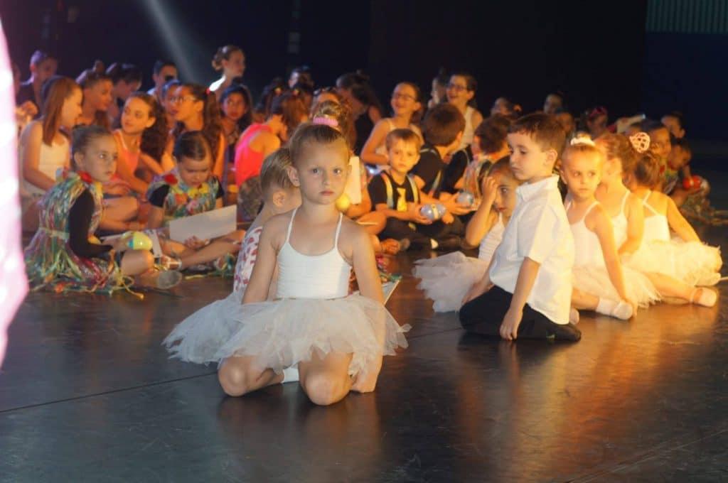 תלמידים הקטנטנים של חוג מחול ותנועה לגיל הרך נחים אחרי מופע ריקודים