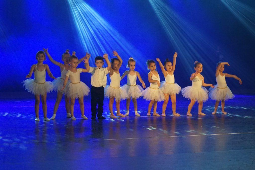תלמידים הקטנטנים של חוג מחול ותנועה לגיל הרך במופע סוף שנה