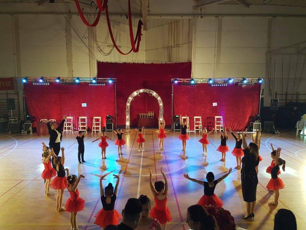 רקדניות ורקדנים קטנטנים של חוג למחול ותנועה לגיל הרך במופע סוף שנה