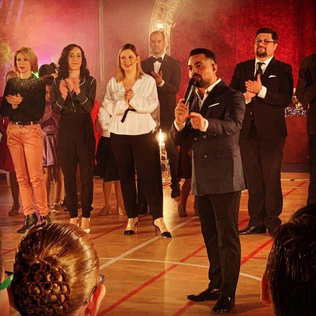 מנהלי בית הספר בתחרות ריקודים בתור שופטים בינלאומיים