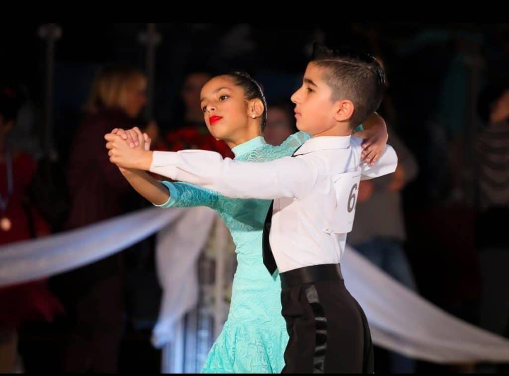 ללמוד לרקוד כמו זוג תלמידים צעירים בתחרות ריקודים סלוניים