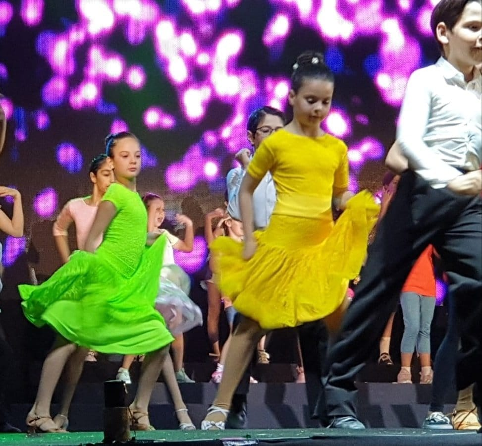 רקדנים ורקדניות של מופעי ריקוד עירוניים על בימת עיר מודיעין