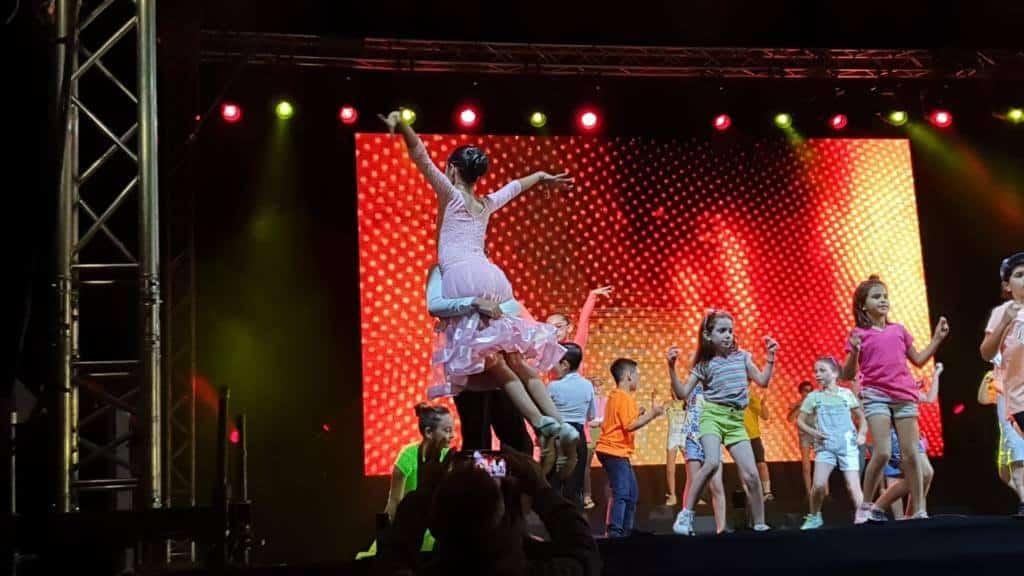 תלמידי דאנס קונטיננטל משתתפים במופעי ריקוד עירוניים