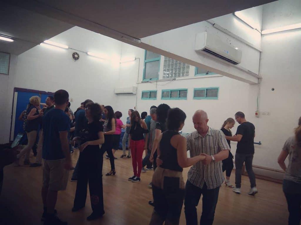 הצצה לשיעור חוג ריקודים סלוניים ולטיניים למבוגרים