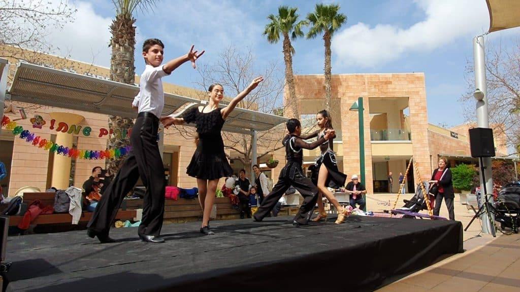 תלמידי בית הספר במופע ריקודים עירוני