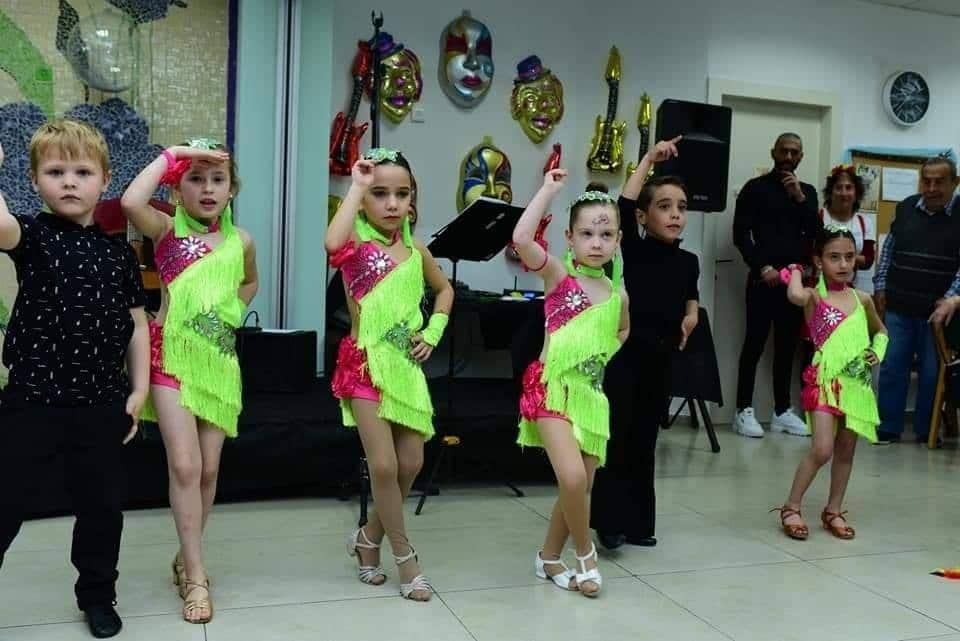 תלמידי חוג מחול ותנועה לקטנטנים במופע ריקודים סלוניים מול הוריהם