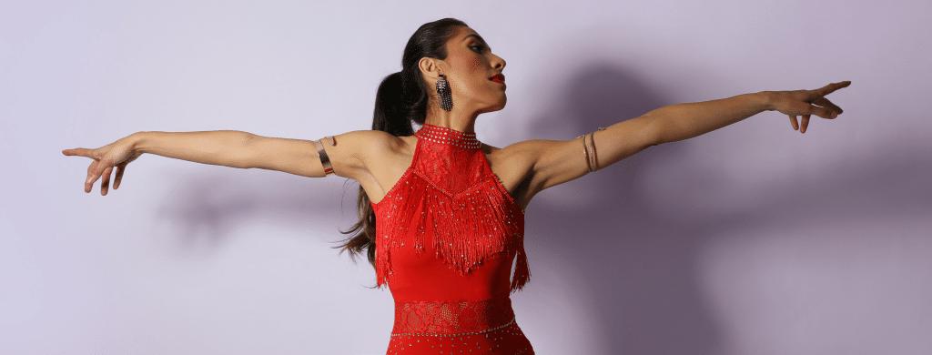 אישה יפה רוקדת בחוג ריקודים לטיניים לנשים