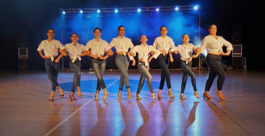רקדניות צעירות במופעי ריקוד סלוניים ולטיניים