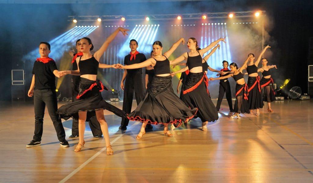 ריקוד זוגות של מופעי ריקוד סלוניים ולטיניים