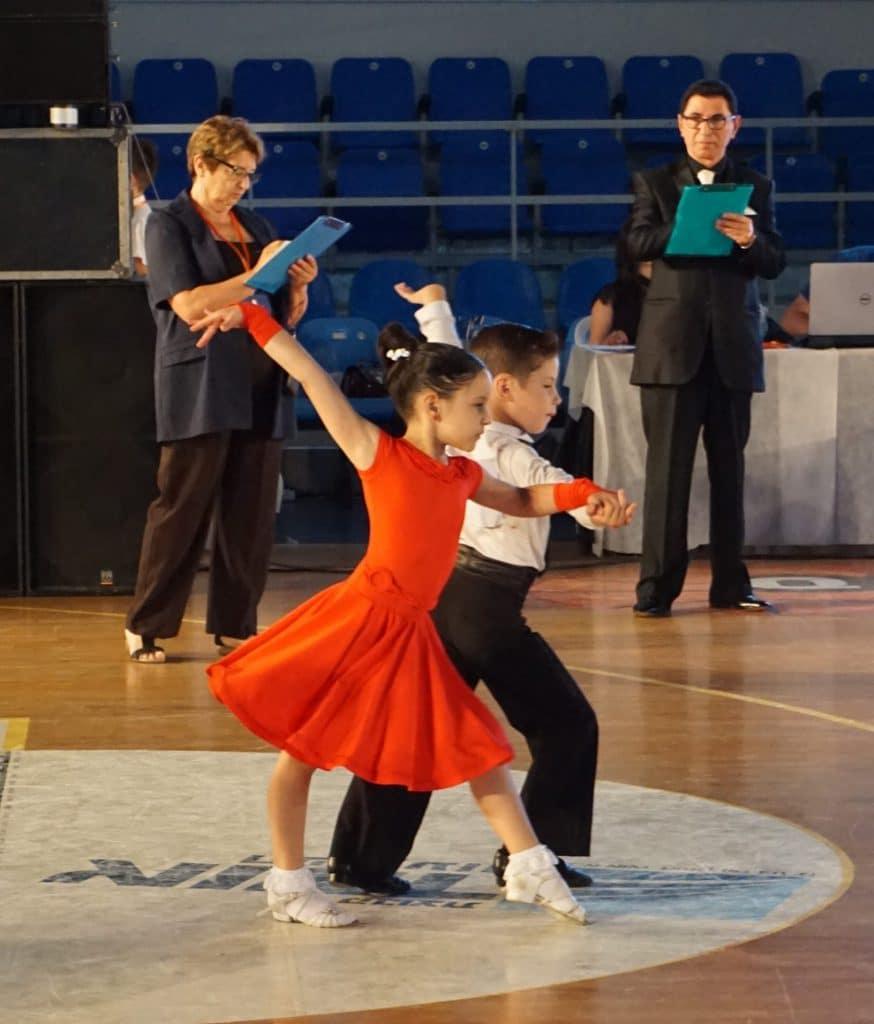 זוג ילדים בריקוד צ'ה צ'ה צ'ה בתחרות ריקודים סלוניים ולטיניים