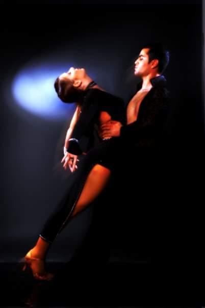 מנהלי בית ספר לריקודים סלוניים ולטיניים דאנס קונטיננטל מדגימים ריקוד חושני רומבה