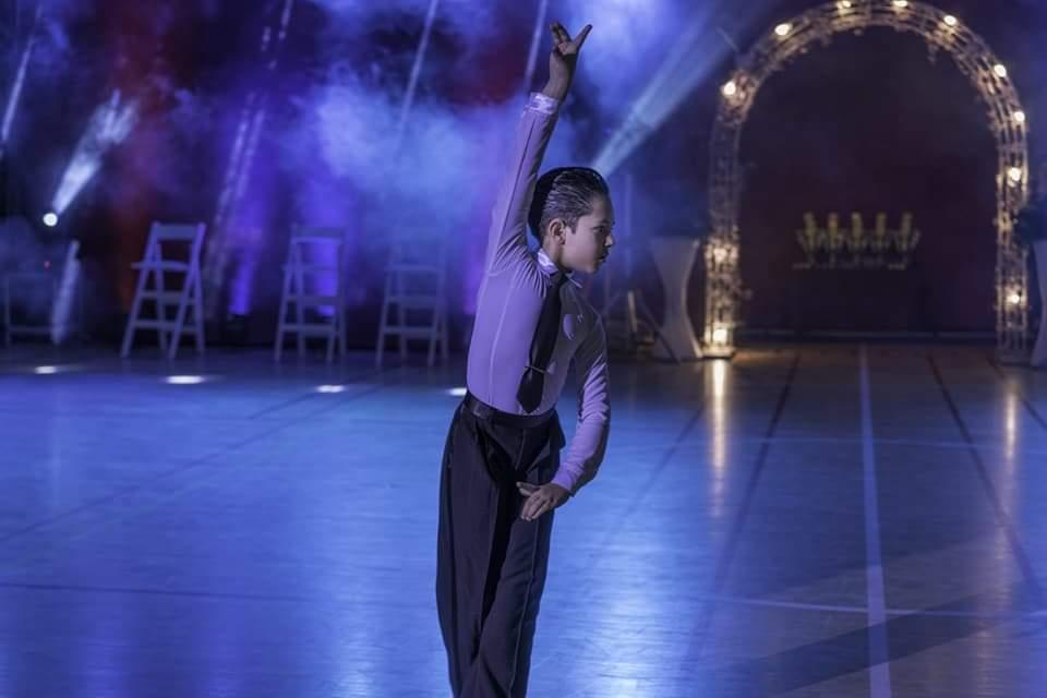 רקדן שלומד בחוג ריקודים סלוניים ולטיניים לילדים מופיע בתחרות