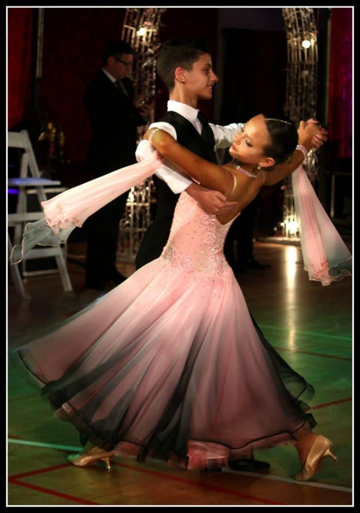 זוג רקרדנים בתחרות ריקודים סלוניים ולטיניים