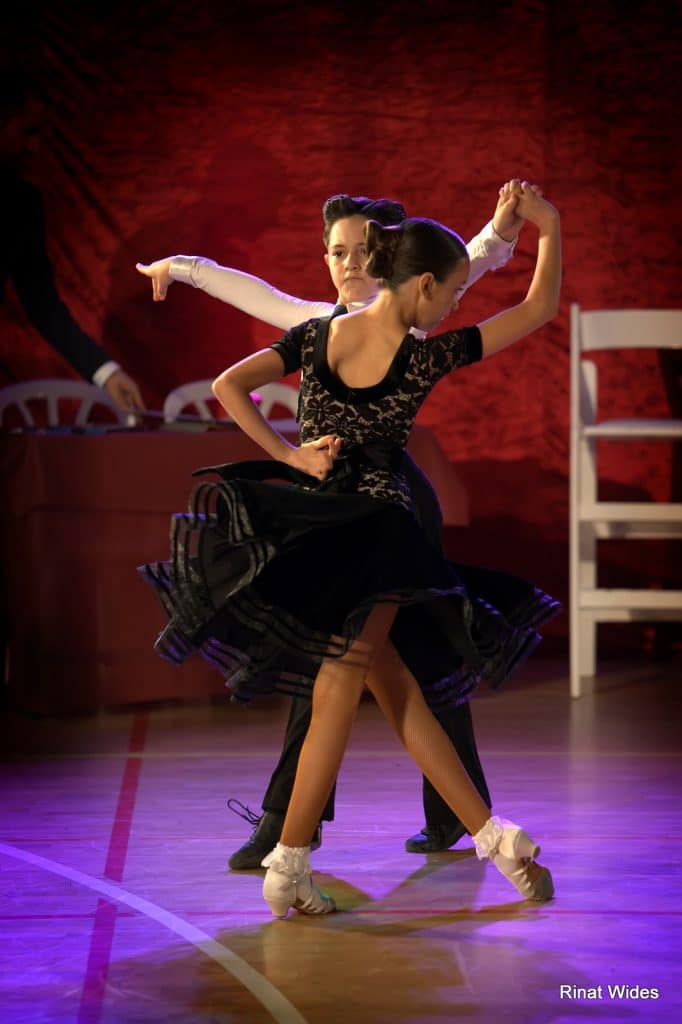 זוג רקרדנים צעיר של דאנס קונטיננטל בתחרות ריקודים סלוניים ולטיניים