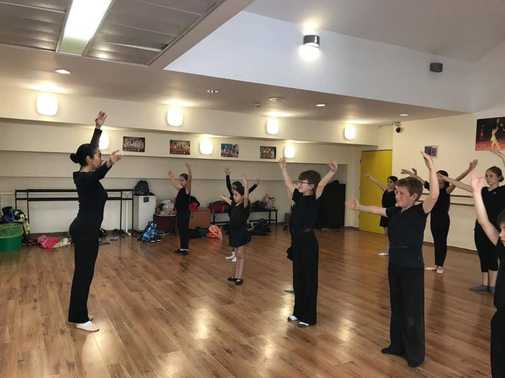 אימון של רקדנים צעירים עם מדריכה מקצועית במחנה קיץ לריקודים