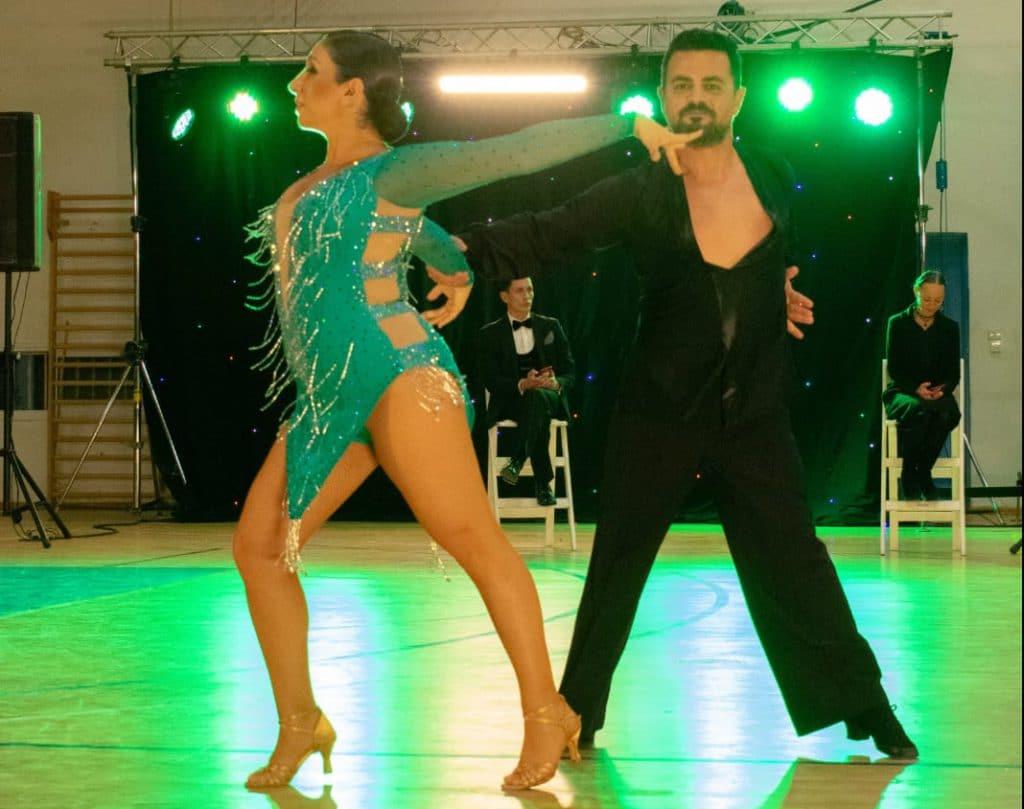 רקדנית חובבנית שהגשימה חלום לרקוד עם כוכבים בתחרות ריקודים סלוניים עם רקדן מקצועי אבי צור