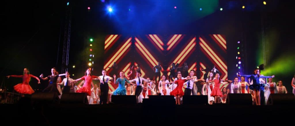 רקדנים צעירים על הבמה במופעים עירוניים במודיעין