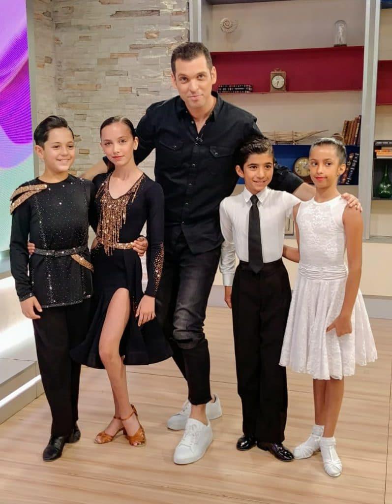 """הרקדנים במופע ריקוד להפקות טלוויזיה של תוכנית בוקר """"פותחים יום"""" עם אלעד ונועה בערוץ 13"""