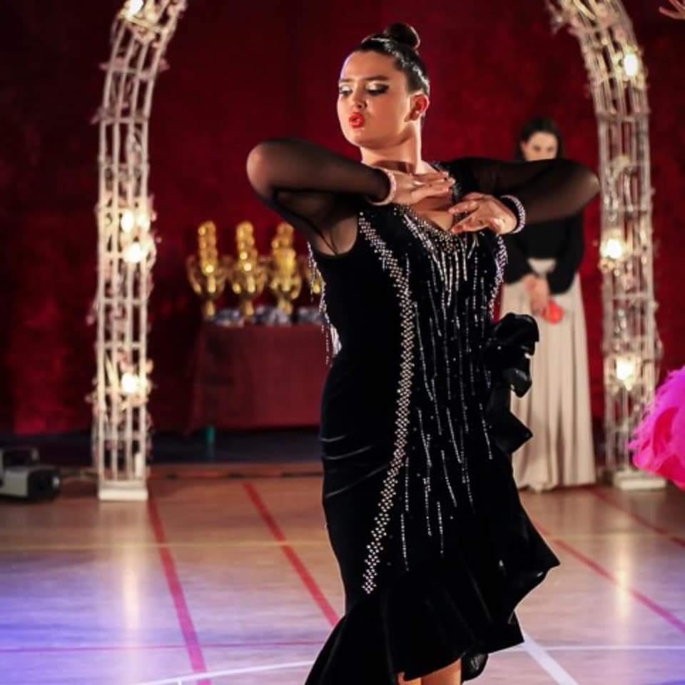 רקדנית בריקוד סולו בפסטיבל ריקודים במודיעין