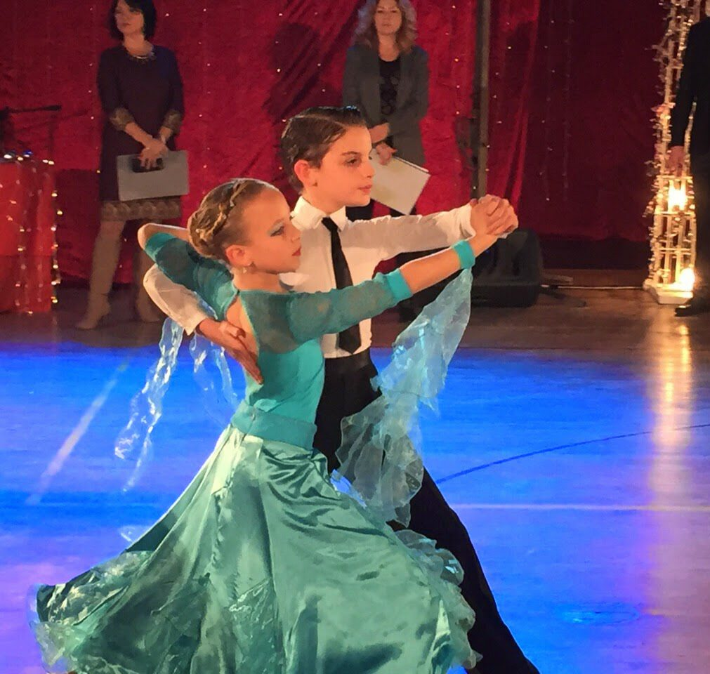 זוג לתמידי בית הספר רוקד בפסטיבל ריקודים במודיעין