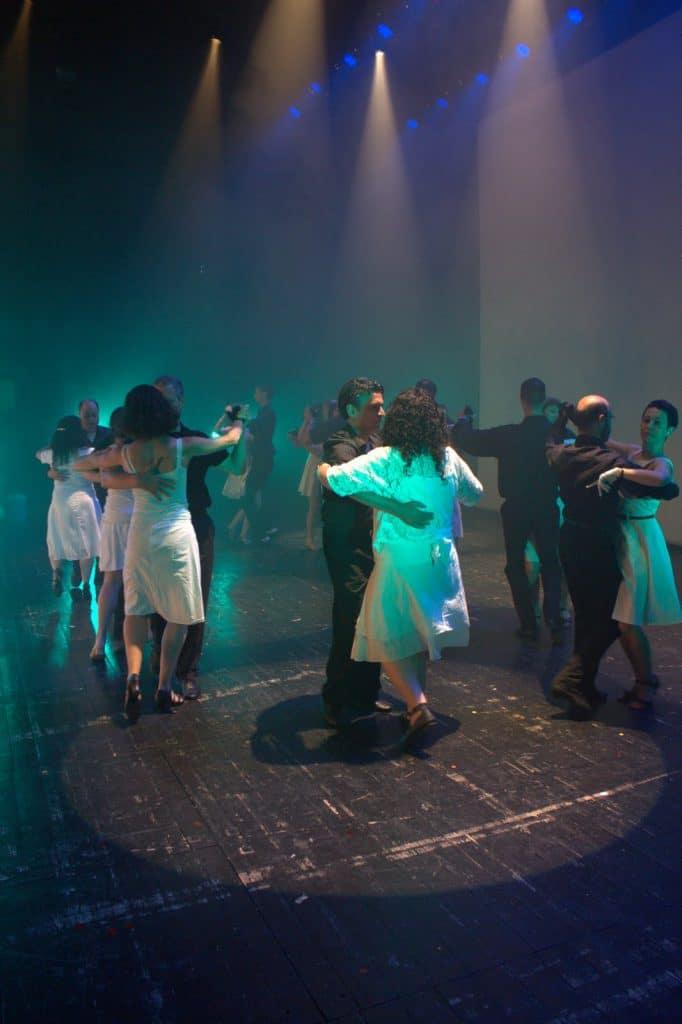 תלמידי חוג ריקודים סלוניים למבוגרים במופע סוף שנה