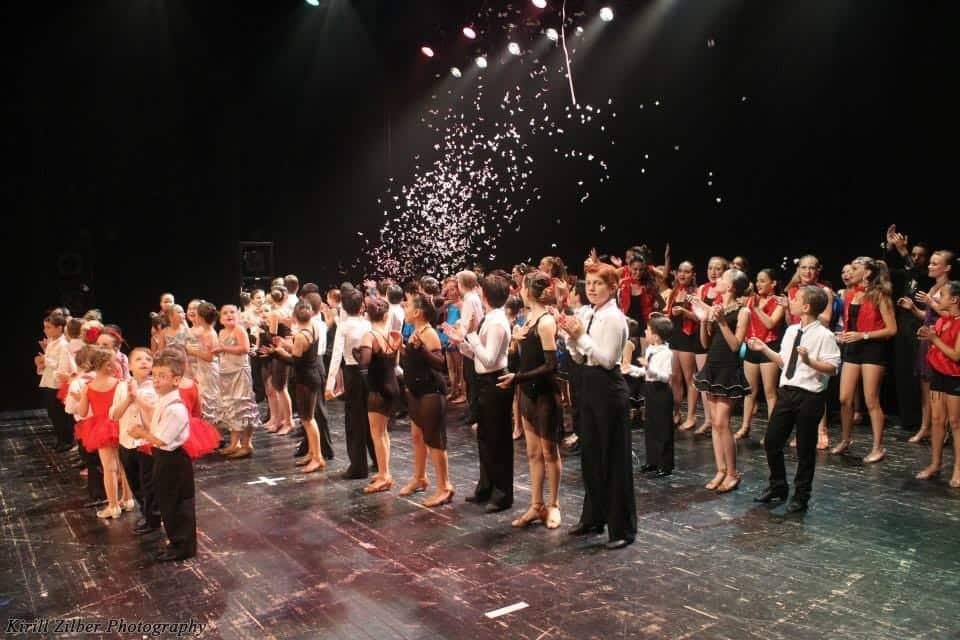 תלמידי דאנס קונטיננטל במופע ריקודים סוף שנה
