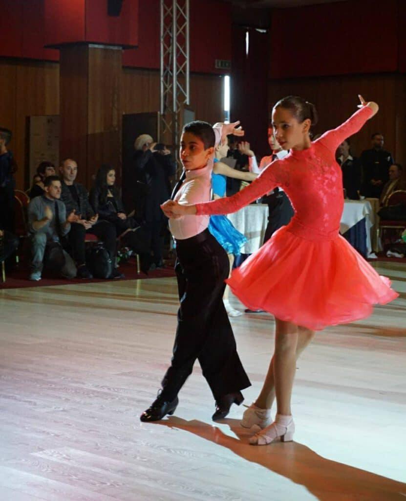 זוג רקדנים מדגים את אחד מסוגי ריקודים לטינים- צ'ה צ'ה צ'ה