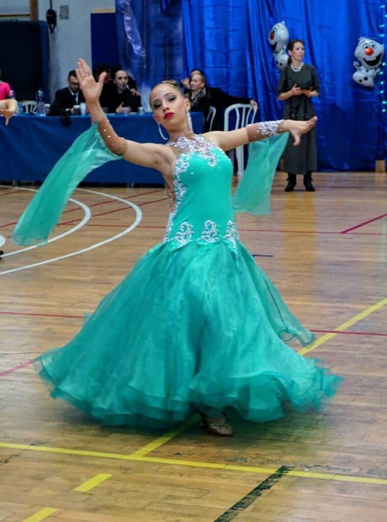 רקדנית מדגימה את אחד מסוגי ריקודים סלוניים- ואלס