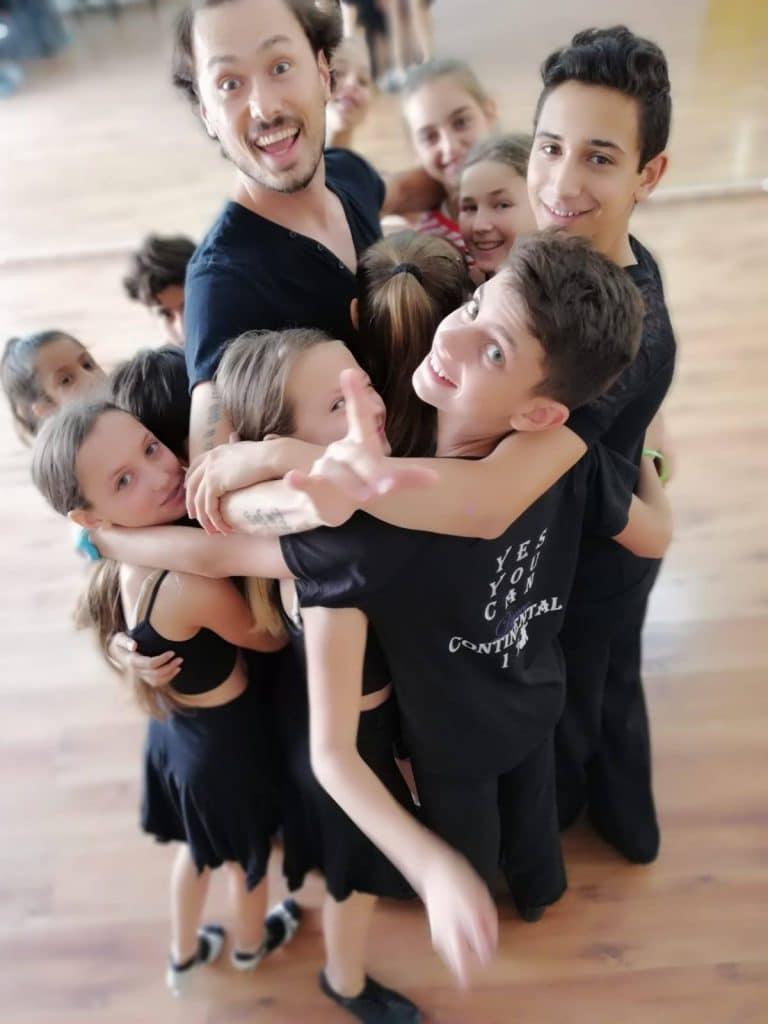 תלמידי דאנס קונטיננטל יחד עם מורה לריקוד מחו''ל בסדנאות ריקוד
