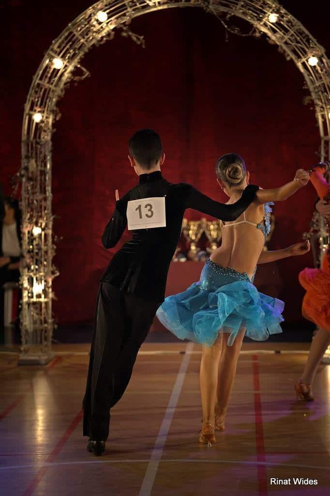 זוג רקדנים בתחרות ריקודים סלוניים על רחבת הריקודים