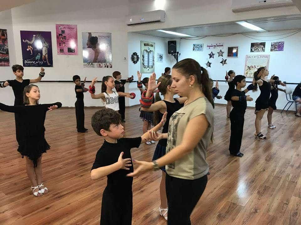 אירה צור בזמן ההדרכה בחוג ריקודים לילדים