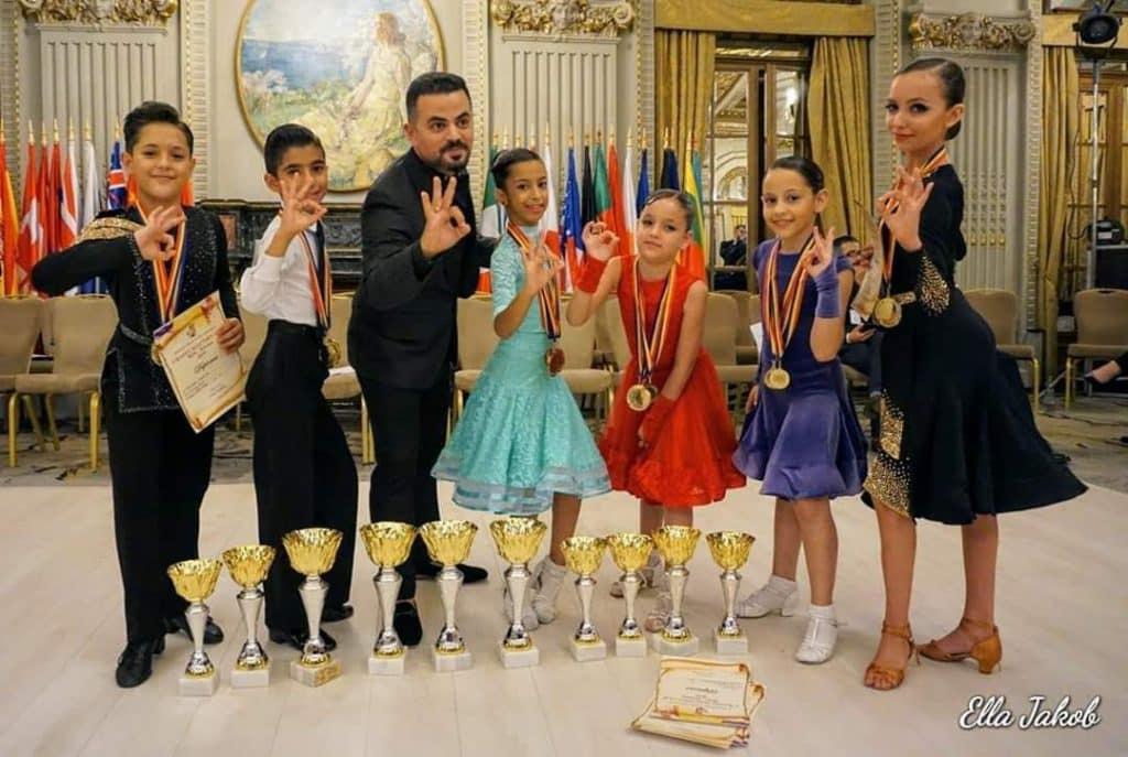 תלמידי בית הספר ואבי צור חוגגים ניצחון בתחרות ריקודים סלוניים ולטיניים